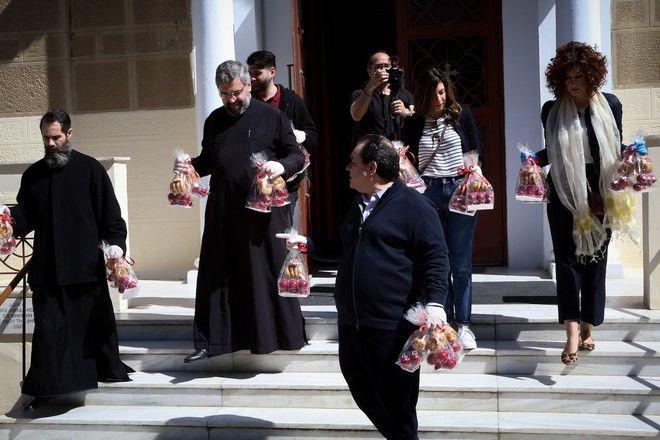 Μοίρασμα κόκκινων αυγών από την Αρχιεπισκοπή και την Αποστολή