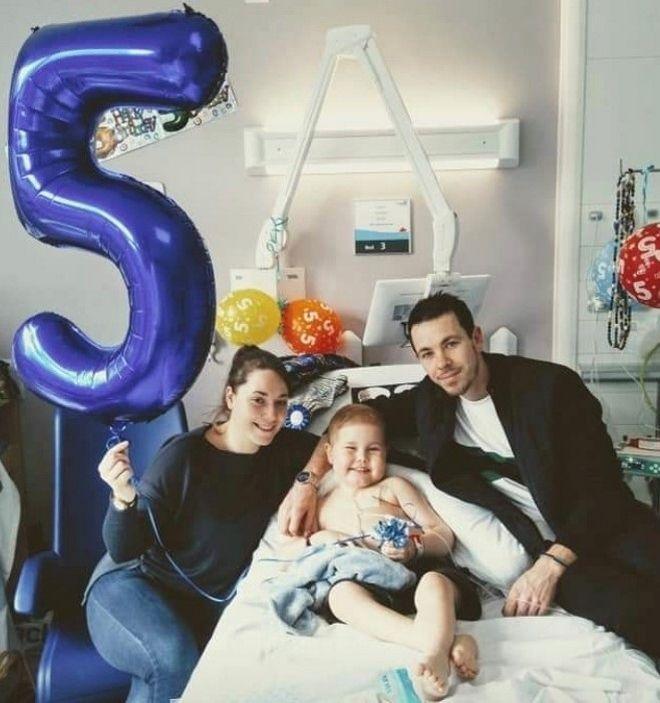 Ο μικρός Oscar με τους γονείς του στα 5α γενέθλιά του