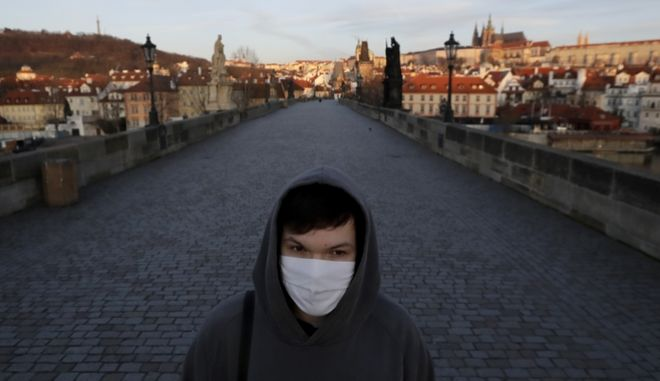 Νεαρός με μάσκα στην Πράγα.
