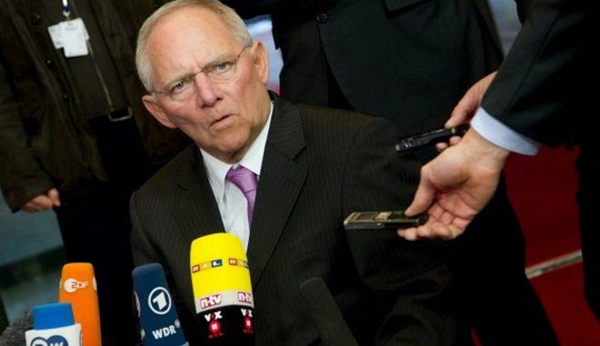 Ικανοποίηση Σόιμπλε για τη θέση της Αθήνας να παραμείνει το ΔΝΤ
