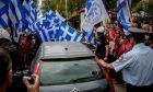 """Συγκεντρωμένοι οπαδοί του αρχηγού των 'Ελλήνων Συνέλευσις"""" του Αρτέμη Σώρρα, έχουν συγκεντρωθεί έξω από τα δικαστήρια της Ευελπίδων περιμένοντας τον αρχηγό τους να οδηγηθεί στον εισαγγελέα"""