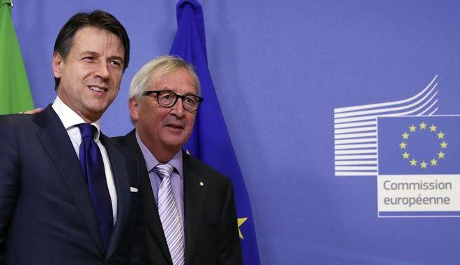 Ο πρόεδρος της Κομισιόν Ζαν Κλοντ Γιούνκερ και ο Ιταλός πρωθυπουργός Τζουζέπε Κόντε στις Βρυξέλλες