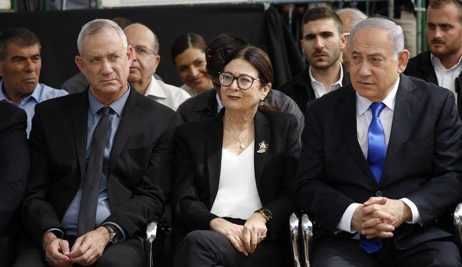 Αριστερά ο ηγέτης του κόμματος Μπλε-Λευκό Μπένι Γκαντς και δεξιά ο πρώην πρωθυπουργός Μπενιαμίν Νετανιάχου