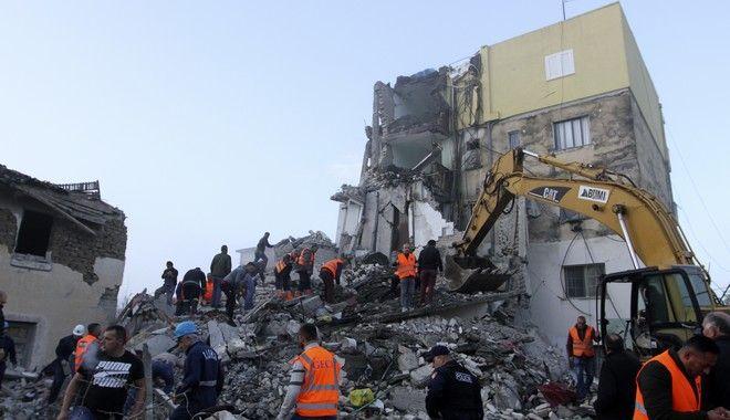 Σωστικά συνεργεία ψάχνουν στα ερείπια των κτιρίων μετά το φονικό σεισμό στην Αλβανία