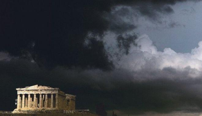 """ARCHIV: Dunkle Wolken tuermen sich ueber dem Parthenon Tempel der Akropolis in Athen (Foto vom 14.03.06). Bayerns Finanzminister haelt die Rettungsbemuehungen fuer einen Verbleib Griechenlands in der Eurozone fuer gescheitert. """"Griechenland kann und will es wohl nicht schaffen"""", sagte der CSU-Politiker der """"Augsburger Allgemeinen"""" (Dienstagausgabe vom 03.07.12). """"Aus meiner Sicht muss man ein Ausstiegsszenario fuer Griechenland vorbereiten."""" Soeder sagte, Griechenland sei wirtschaftlich kaputt und koenne mit dem Euro keinen Neuanfang bewaeltigen. (zu dapd-Text) Foto: Petros Giannakouris/dapd"""