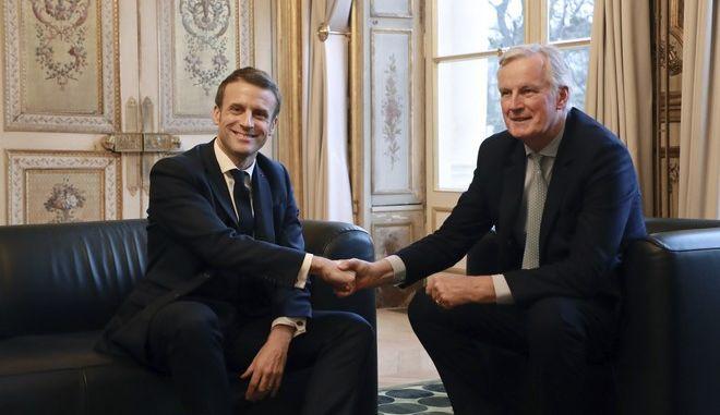Ο Γάλλος πρόεδρος Εμμανουέλ Μακρόν, με τον αρχηγό της Ευρωπαϊκής Ένωσης Μπέρξιτ Μπάρνιερ