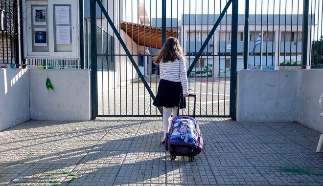 Μαθήτρια έξω από δημοτικό σχολείο