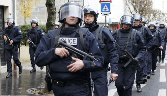 French intervention police take up position near the scene of a hostage taking at a kosher supermarket in eastern Paris January 9, 2015, following Wednesday's deadly attack at the Paris offices of weekly satirical newspaper Charlie Hebdo by two masked gunmen who shouted Islamist slogans. Several people were taken hostage at a kosher supermarket in eastern Paris on Friday after a shootout involving a man armed with two guns, a police source said. There were unconfirmed local media reports that the man was the same as the one suspected of killing a policewoman in Montrouge, a southern suburb of Paris on Thursday. REUTERS/Youssef Boudlal (FRANCE - Tags: CRIME LAW MILITARY)