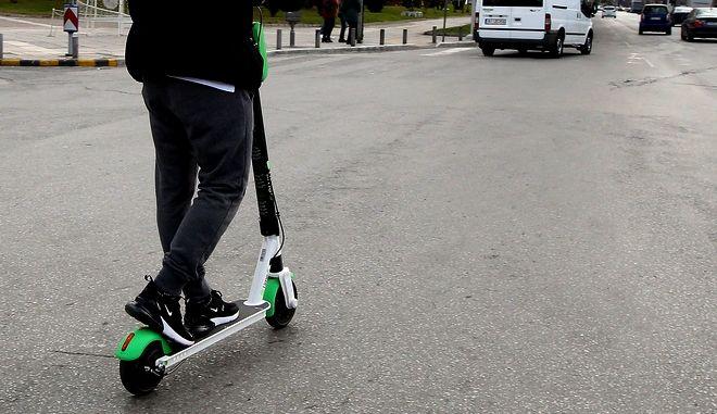 Lime: Πώς λειτουργούν τα πατίνια, τι όριο ταχύτητας μπαίνει στην Αθήνα