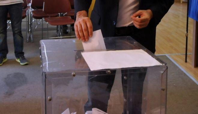 Ο υποψήφιος Πρόεδρος του ΠΑΣΟΚ Ανδρέας Λοβέρδος ψηφίζει στις εσωκομματικές εκλογές για την ανάδειξη νέου Προέδρου του Κινήματος την Κυριακή 14 Ιουνίου 2015. (EUROKINISSI/ΑΝΤΩΝΗΣ ΝΙΚΟΛΟΠΟΥΛΟΣ)