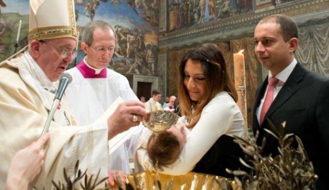 100 χρόνια μπροστά ο Πάπας: Βάφτισε παιδί ζευγαριού που δεν είχε παντρευτεί