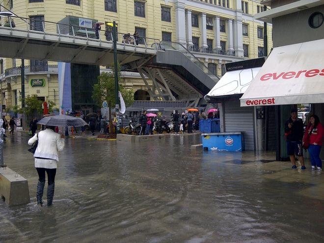 Πληημύρες στον Πειραία από την έντονη βροχόπωση την Παρασκευή 24 Οκτωβρίου 2014. (EUROKINISSI/ΚΑΤΕΡΙΝΑ ΝΟΜΙΚΟΥ)