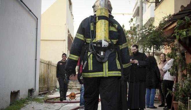 Πυρκαγιά στο κτήριο του Πνευματικού Κέντρου της Μητρόπολης Νίκαιας στην οδό Πέτρου Ράλλη το μεσημέρι της Τετάρτης 31 Ιανουαρίου 2018. Για την κατάσβεση της επιχειρούν 18 πυροσβέστες με έξι οχήματα. (EUROKINISSI/ΣΩΤΗΡΗΣ ΔΗΜΗΤΡΟΠΟΥΛΟΣ)