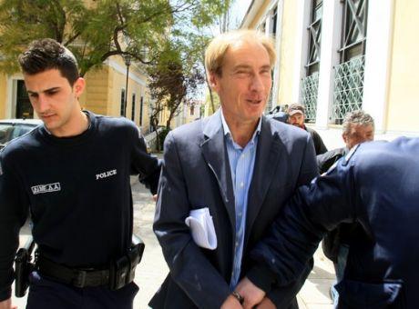 Ο τραπεζίτης Ζαν Κλοντ Οσβαλντ, πρόσωπο - κλειδί τόσο στο σκάνδαλο των εξοπλισμών όσο και στο σκάνδαλο της Siemens, βγαίνει από τα δικαστήρια τον Απρίλιο 2015