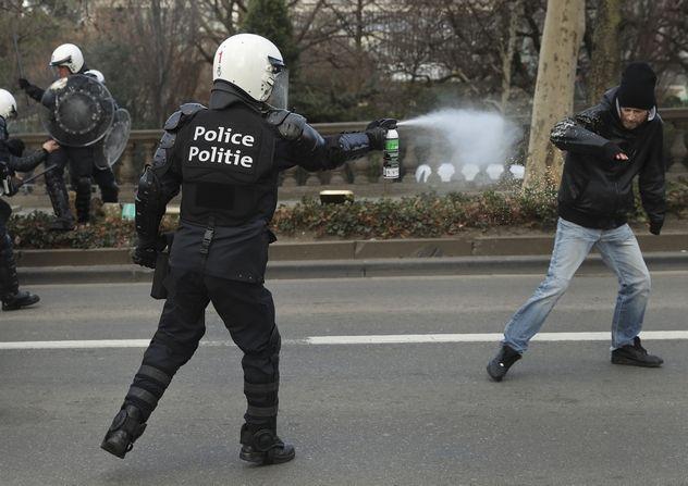 Αστυνομικός ψεκάζει διαδηλωτή