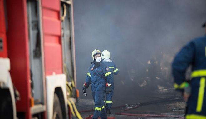 Πυροσβεστικές δυνάμεις σε φωτιά σε εργοστάσιο - Φωτό αρχείου