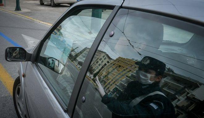 Έλεγχος της αστυνομίας για την εφαρμογή των μέτρων για τον κορονοϊό