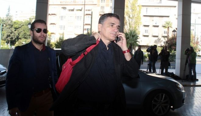 Ο υπουργός Οικονομικών Ευκλείδης Τσακαλώτος κατα την είσοδο του στο ξενοδοχείο για την συνάντηση με τους εκπροσώπους των δανειστών στο πλαίσιο της δεύτερης αξιολόγησης, την Κυριακή 23 Οκτωβρίου 2016. (EUROKINISSI/ΣΤΕΛΙΟΣ ΣΤΕΦΑΝΟΥ)