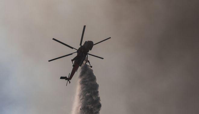 Πυροσβεστικό ελικόπτερο επιχειρεί για την κατάσβεση φωτιάς