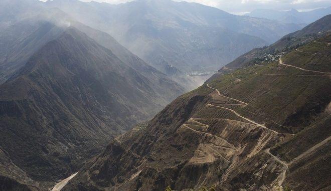 Βουνά στο Ayahuanco του Περού