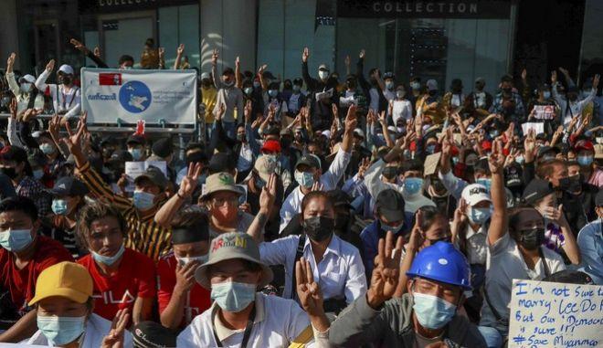Διαδηλωτές στην Μιανμάρ σχηματίζουν το σύμβολο της αντίστασης