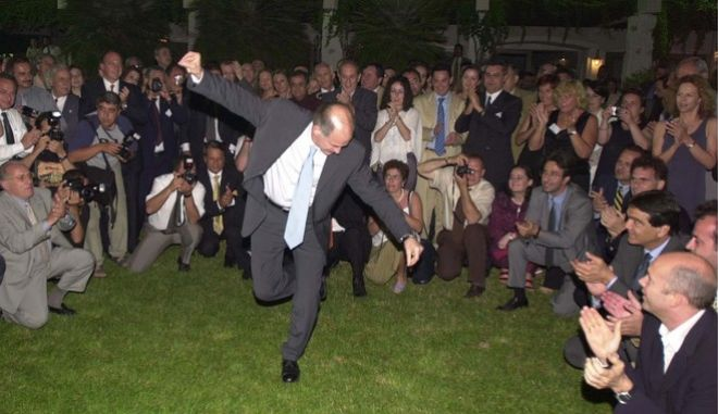 Ο Γιώργος Παπανδρέου χορεύει κατά το δείπνο που είχε παραθέσει προς τιμήν του τότε ομολόγου, Τούρκου ΥΠΕΞ, Ισμαήλ Τζεμ (24 Ιουνίου 2001)