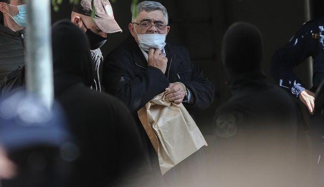 Ο Νίκος Μιχαλολιάκος κατά τη μεταγωγή του στη φυλακή