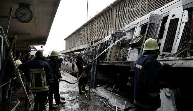 Πυροσβέστες σβήνουν εστία φωτιάς στο τρένο με το τραγικό δυστύχημα