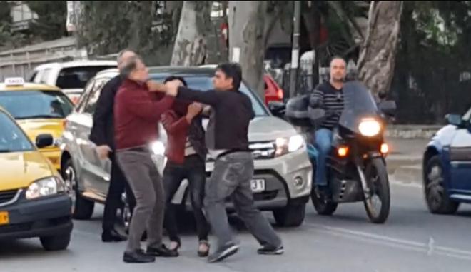 Σκηνές απείρου κάλους στην Ν. Φιλαδέλφεια: Οδηγοί ήρθαν στα χέρια στη μέση του δρόμου