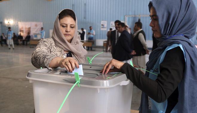 Στιγμιότυπο από τις εκλογές στο Αφγανιστάν
