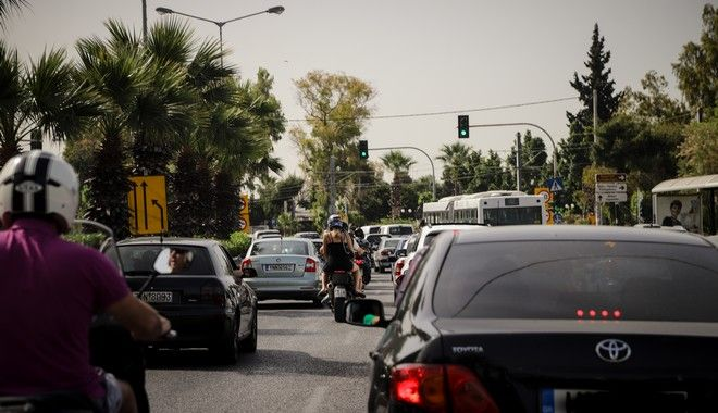 Μποτιλιάρισμα στη παραλιακή Λ.Ποσειδώνος,καθώς οι κάτοικοι της πόλης λόγω υψηλών θερμοκρασιών κινήθηκαν πρός τις κοντινές παραλίες αναζητώντας την δροσιά της θάλασσας, Σάββατο 16 Μαϊου 2020 (EUROKINISSI)