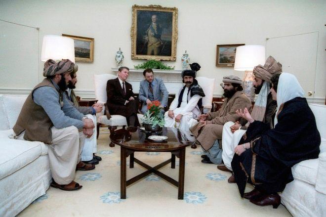 Ο Ρόναλντ Ρίγκαν υποδέχεται Αφγανούς Μουτζαχεντίν στον Λευκό Οίκο