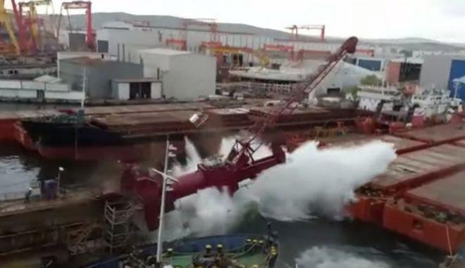 Αποκαλυπτικό βίντεο: Η στιγμή που πλωτή δεξαμενή επισκευών καταρρέει σε ναυπηγείο της Κωνσταντινούπολης