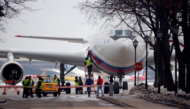 Το αεροπλάνο, ένα Il-96, μετέφερε 46 Ρώσους διπλωμάτες και τις οικογένειές τους (AP Photo/Alexander Zemlianichenko)