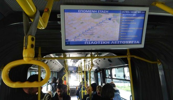 """Σύστημα τηλεματικής σε λεωφορείο στην Αθήνα. Το σύστημα της τηλεματικής που βρίσκεται σε πιλοτική λειτουργία, δίνει τη δυνατότητα στους επιβάτες να ενημερώνονται για τον ακριβή χρόνο διέλευσης των οχημάτων από τις οθόνες που είναι τοποθετημένες στις στάσεις και στα λεωφορεία. Το σύστημα της τηλεματικής περιλαμβάνει εγκατάσταση εξοπλισμού σε 1.750 λεωφορεία και 250 τρόλεϊ, εγκατάσταση 1.000 """"έξυπνων στάσεων"""" για την παρακολούθηση του συγκοινωνιακού έργου σε πραγματικό χρόνο και την πληροφόρηση του επιβατικού κοινού για την εκτέλεση των δρομολογίων, Κέντρο Διαχείρισης Συστήματος, Κέντρα Εποπτείας Οχημάτων και Κέντρο Εποπτείας Συγκοινωνιών Αθηνών. (EUROKINISSI/ΓΙΩΡΓΟΣ ΚΟΝΤΑΡΙΝΗΣ)"""