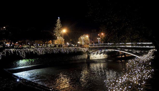 """Το απόγευμα του Σαββάτου 2 Δεκεμβρίου 2017, άναψε το Χριστουγεννιάτικο δέντρο στην κεντρική πλατεία (το ψηλότερο φυσικό δέντρο στην Ελλάδα) και φωταγωγήθηκαν κεντρικοί δρόμοι της πόλης. Τα Τρίκαλα εισήλθαν πλέον και επίσημα στην εορταστική περίοδο, καθώς χθες άνοιξε και ο """"Μύλος των Ξωτικών"""" το μεγαλύτερο Χριστουγεννιάτικο θεματικό πάρκο της χώρας. Τα Τρίκαλα έχουν χαρακτηριστεί και επίσημα """"πρωτεύουσα των Χριστουγέννων"""" και για ακόμη μια χρονιά είναι εδώ για να τοβ¦ επιβεβαιώσουν. Η ύψους 33 μέτρων σεκόβια φυτεύτηκε στην κεντρική πλατεία της πόλης το 1977 και αποτελεί σημείο αναφοράς για τα Τρίκαλα.  (EUROKINISSI/ΘΑΝΑΣΗΣ ΚΑΛΛΙΑΡΑΣ)"""