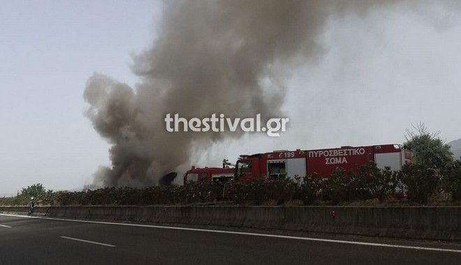 Θεσσαλονίκη: Νταλίκα τυλίχθηκε στις φλόγες στην Εγνατία