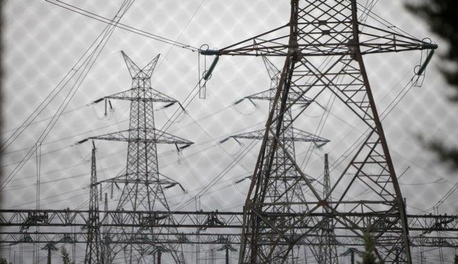 Λύση που να μη χρειάζεται να περάσει από τη Βουλή αναζητούν στα ενεργειακά