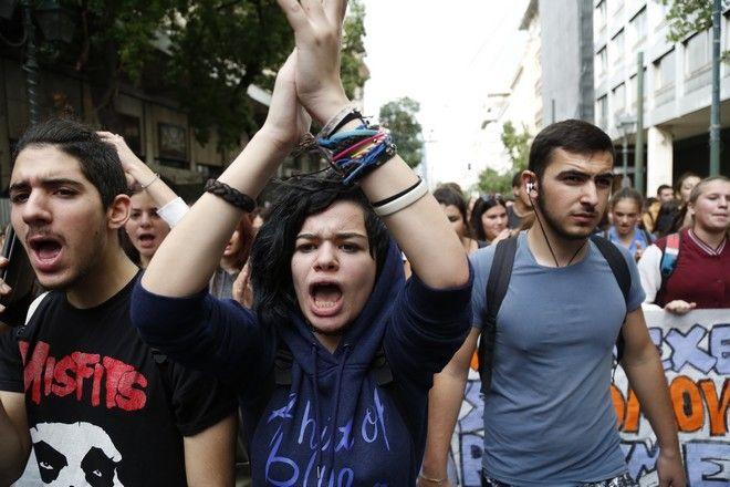 ΑΘΗΝΑ-ΣΥΓΚΕΝΤΡΩΣΗ ΜΑΘΗΤΩΝ ΣΤΑ ΠΡΟΠΥΛΑΙΑ  ΚΑΙ ΠΟΡΕΙΑ ΣΤΗ ΒΟΥΛΗ.(Eurokinissi-ΣΤΕΛΙΟΣ ΜΙΣΙΝΑΣ)
