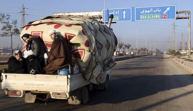Οικογένεια εγκαταλείπει άρον-άρον τη Συρία