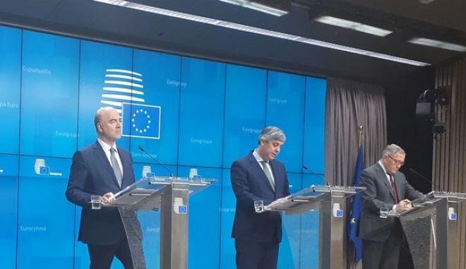 Ο Επίτροπος Οικονομικών Υποθέσεων Πιερ Μοσκοβισί, ο πρόεδρός του Μάριο Σεντένο και ο επικεφαλής του Ευρωπαϊκού Μηχανισμού Σταθερότητας Κλ. Ρέγκλινγκ