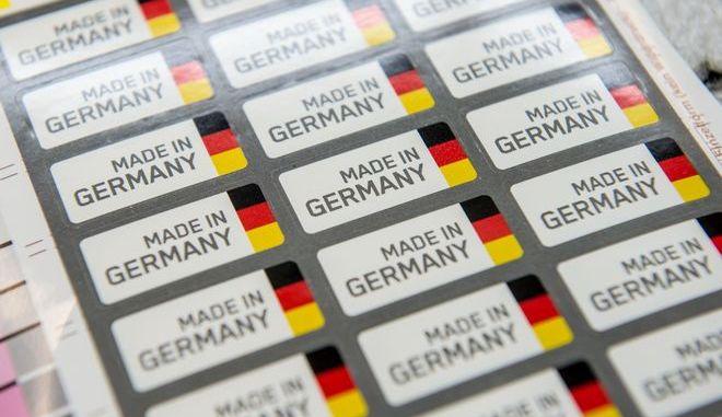 """Αυτοκόλλητα με την επιγραφή """"Made in Germany""""  σε εργοστάσιο στην πόλη Λέντερντορν της Νότιας Γερμανίας. Οι εξαγωγές της μεγαλύτερης ευρωπαϊκής οικονομίας παρουσίασαν ύφεση τον Αύγουστο, σε χαμηλό πέντε ετών."""