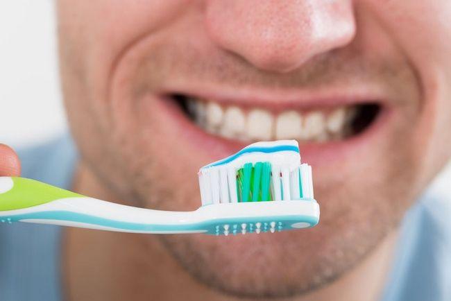 5 Tips για να καμουφλάρεις τη μυρωδιά της σκορδαλιάς: Πλύσιμο δοντιών