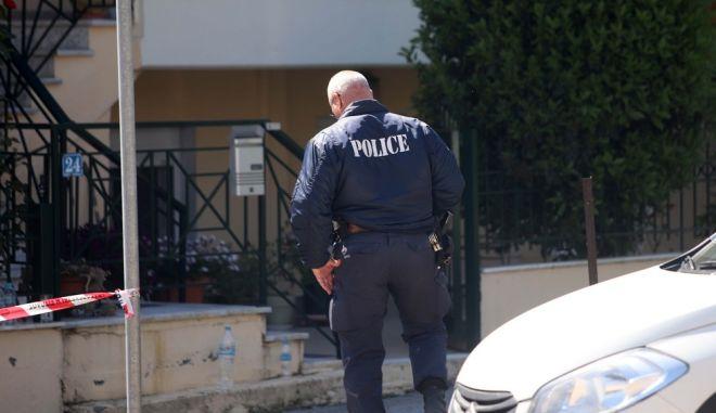 Αστυνομικός στον τόπο του εγκλήματος