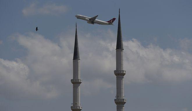 Αεροσκάφος πετά πάνω από την Κωνσταντινούπολη  - Φωτογραφία αρχείου