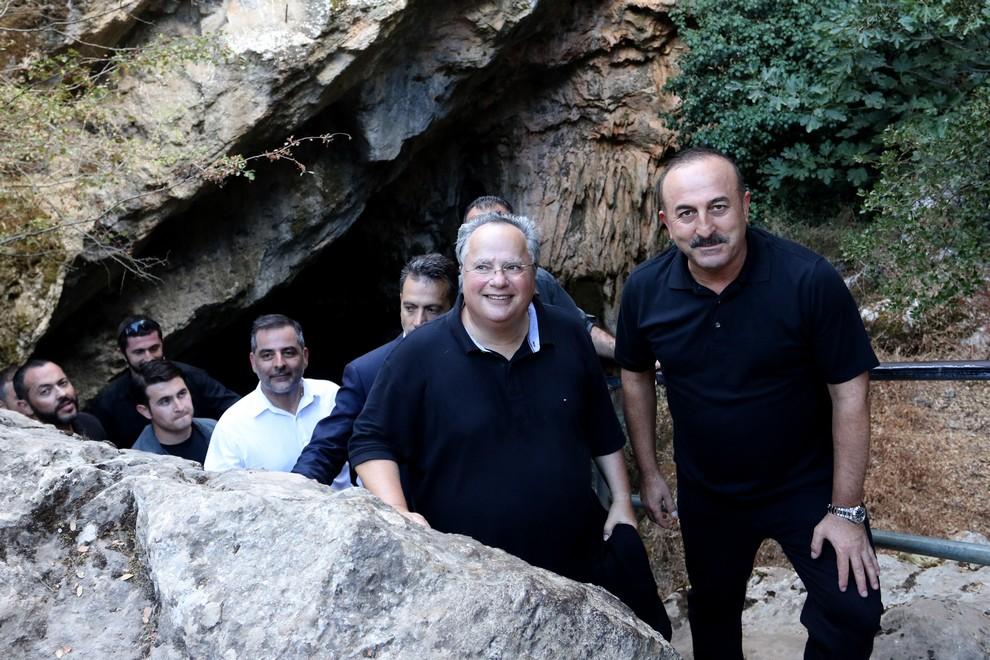 Ο Νίκος Κοτζιάς με τον Τούρκο ΥΠΕΞ Μεβλούτ Τσαβούσογλου σε ανεπίσημη επίσκεψη του τελευταίου στην Κρήτη το 2016