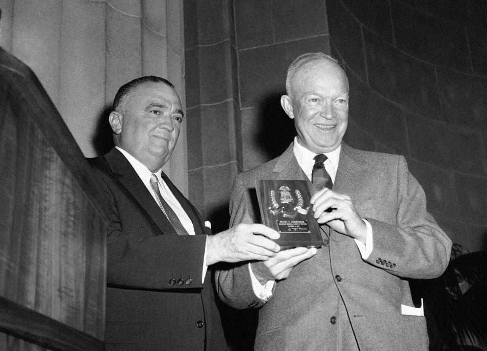 Ο Χούβερ παραδίδει μια τιμητική πλακέτα του FBI στον πρόεδρο των ΗΠΑ, Ντουάιτ Αϊζενχάουερ (8/9/1957).