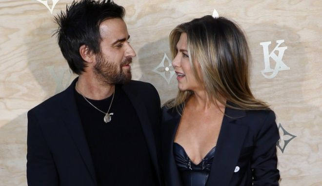 US actor Justin Theroux, left and his wife US actress Jennifer Aniston pose during a photocall ahead of a diner for the launch of a Louis Vuitton leather goods collection in collaboration with US artist Jeff Koons, at the Louvre in Paris, Tuesday, April 11, 2017. (AP Photo/Francois Mori)