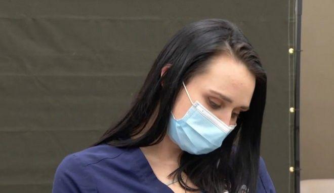 Η Tiffany Dover που έκανε το εμβόλιο, ζει παρά τα fake news