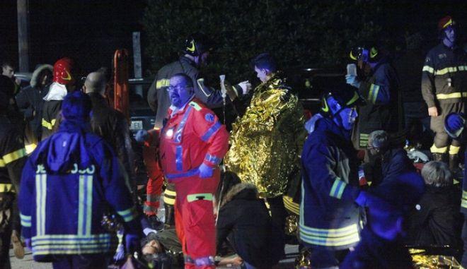 Διασώστες έξω από τη ντίσκο Lanterna Azzurra στην Ιταλία.